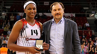 Asjha Jones receiving the EuroLeague Women Final Eight MVP award from Russian Basketball Federation President Alexander Krasnenkov